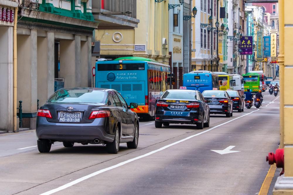 รถยนต์ขับชิดซ้ายเหมือนกับในประเทศไทย